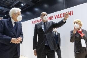 Mattarella a sorpresa alla Nuvola di Roma hub vaccinale della ASL Roma 2