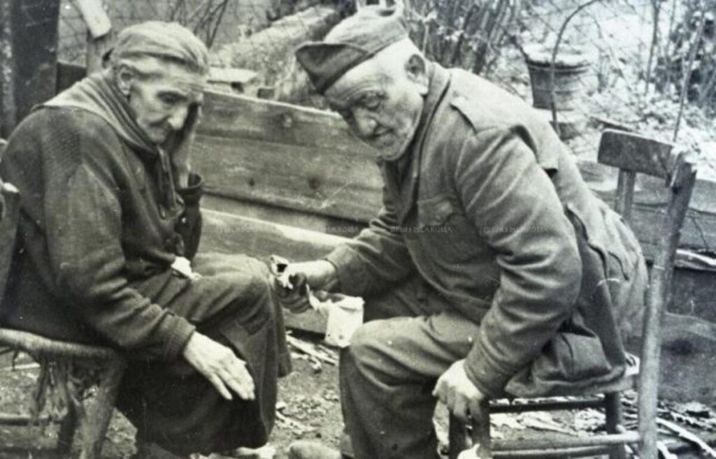 """La sora Angelica e zi' Checco """"sfrattati"""" da Campo Testaccio, durante la guerra."""