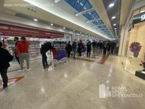 Coronavirus: tornano le file nei supermercati per Pasqua