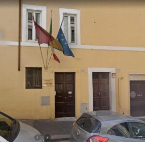 Via di S. Basilio 51 oggi: c'è pure la bandiera della Roma!