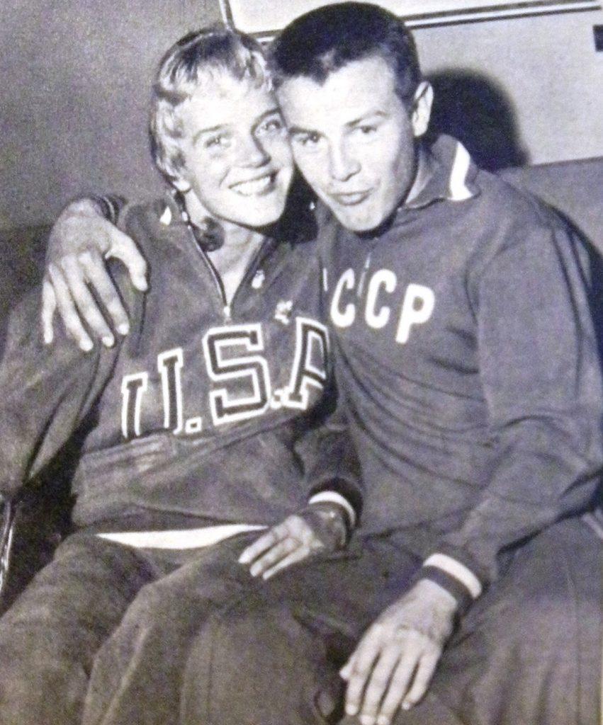 """La ginnasta Doris Finch col pugile Boris Nikonorov, una delle """"love-stories"""" inventate dai paparazzi. Dalla rivista Rotosei."""