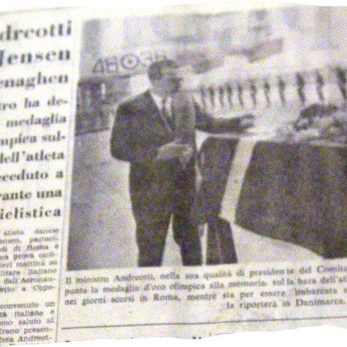 Il ministro della Difesa, Giulio Andreotti, depone una medaglia olimpica d'oro sulla bara di Jensen. Il Popolo, primo settembre 1960